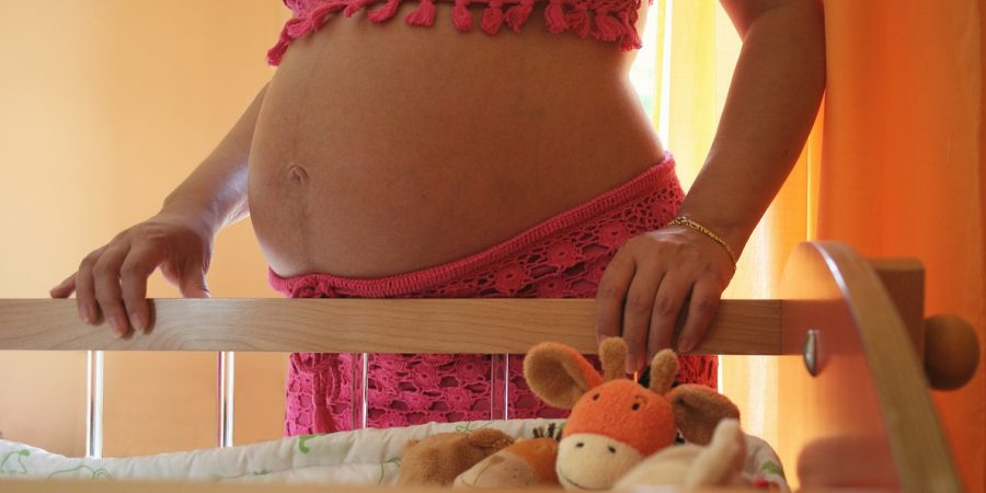 femme enceinte en pyjama
